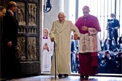 Benedetto XVI aiutato da Gaeinswein