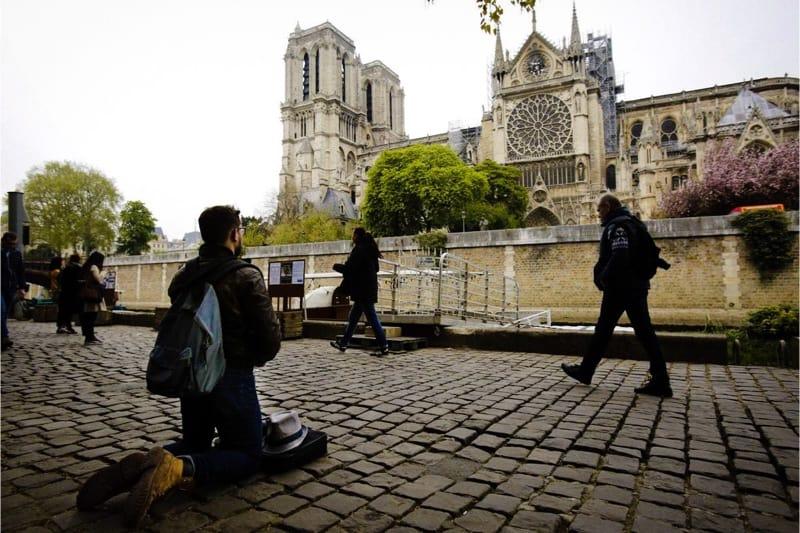 Notre Dame e il giovane fedele in ginocchio