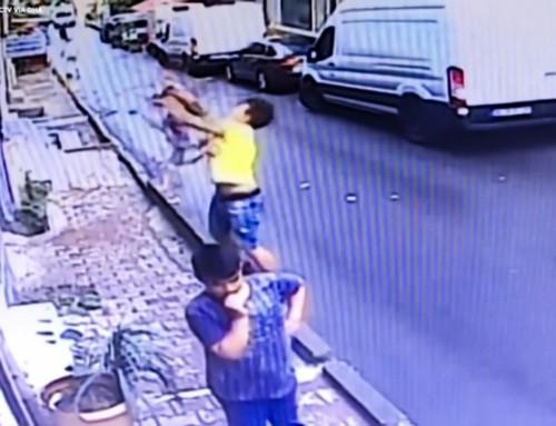 Video virale: bambina di due anni cade dal secondo piano ed è salvata da un ragazzo diciasettenne