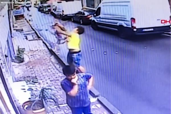 Bambina cade dal secondo piano (screenshot)
