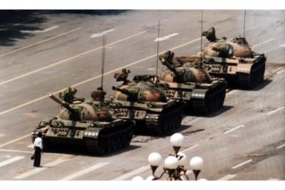 Wang Weilin lo studente che fermò i carri armati e che poi morì con gli altri manifestanti in piazza Tienanmen (foto AP/ La Presse)