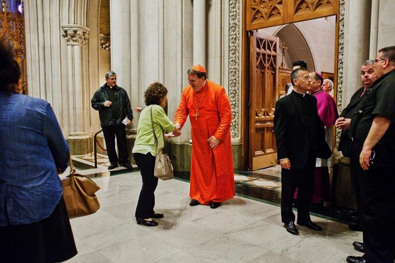 Card. Tobin accoglie i fedeli all'ingresso della cattedrale