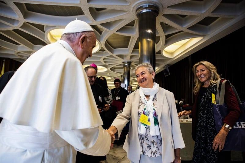 Papa  Francesco saluta suor Maria Luisa Berzosa Gonzalez al Sinodo dei giovani
