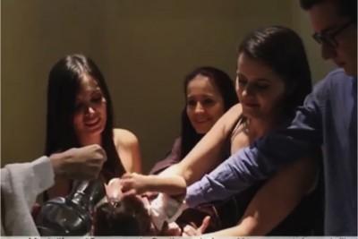 Manuela Gomez e Luisa Gomez al battesimo di Matias a Medellin (Colombia) screeshot