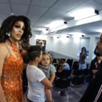 VIDEO: un predicatore di strada affronta a muso duro una drag queen in uno spettacolo per piccini