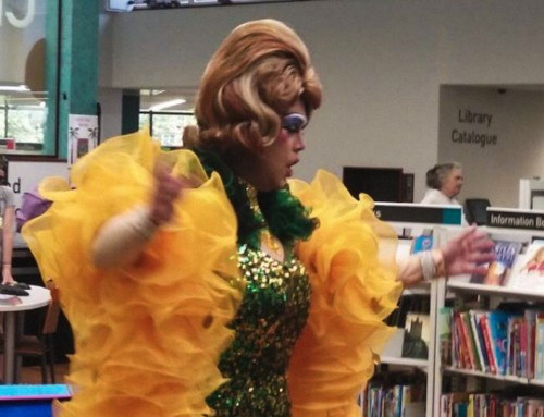 """Una drag queen insegna ai bambini come muovere i glutei col """"twerking"""""""