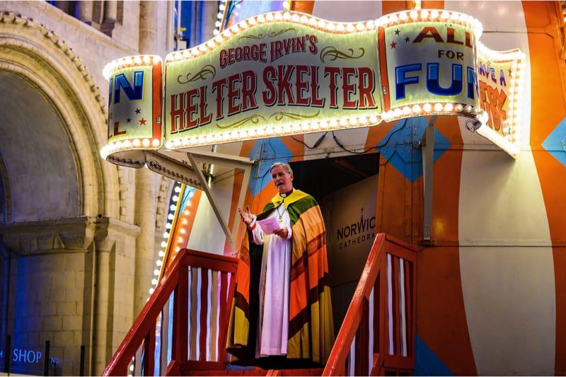 """""""Dio è un'attrazione turistica"""", dice il vescovo anglicano mentre scivola sulla giostra posta nella cattedrale."""