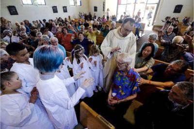 Fuller riceve la benedizione da padre Dupont- foto Associated Press
