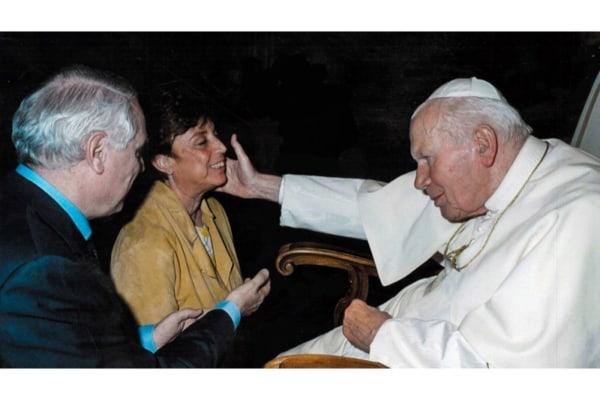Paola Bonzi con Giovanni Paolo II tratta dal suo profilo Facebook