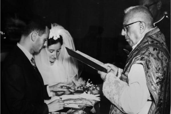 Agostina Zannoni e Giorgio Rossetto nel giorno del matrimonio, sposati da mons. Antonio Zannoni