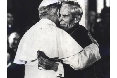 L'Arciv. Fulton Sheen abbraccia Papa San Giovanni Paolo II
