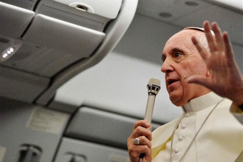 Papa Francesco in aereo