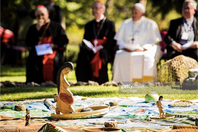 Indigeni Amazzonia pregano nei giardini vaticani 04.10.2019 (screenshot da video Catholic sat)