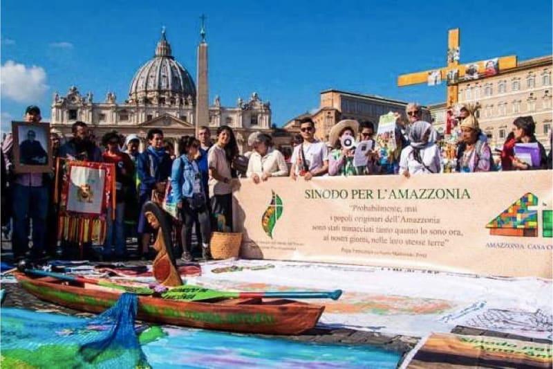 """""""Via Crucis amazzonica"""" fuori la basilica di San Pietro a Roma"""