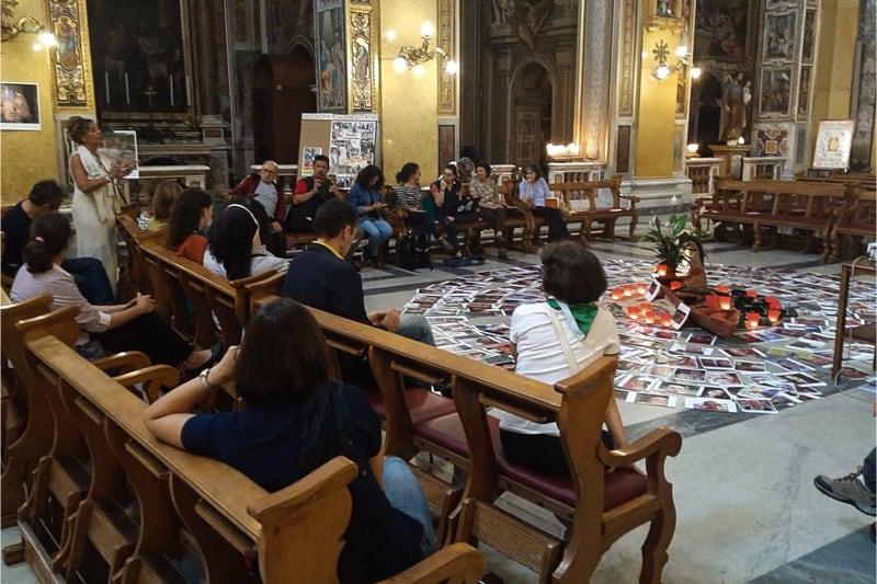 Incontro con la Pachamama circondata di lumini accesi, a quanto pare, nella Chiesa di Santa Maria Traspontina (Roma)
