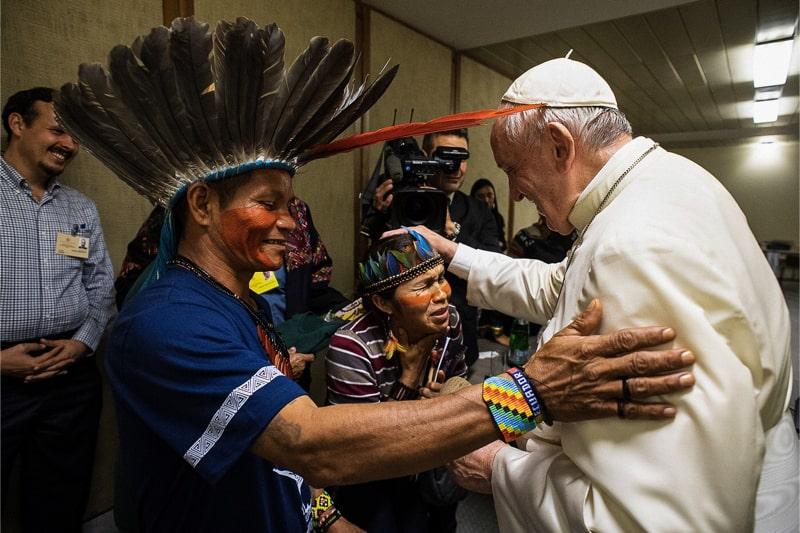 Papa Francesco incontra indigeni dell'Amazzonia (foto: Vatican media/Lapress)