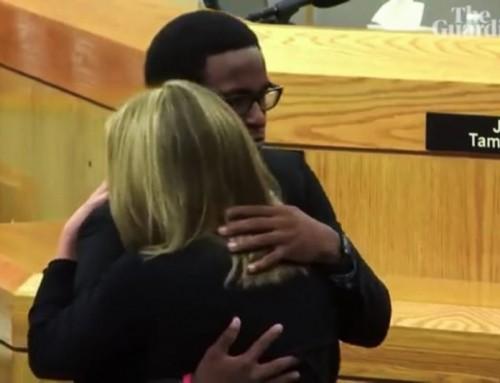 Video: Un uomo sbalordisce l'aula del tribunale perdonando e abbracciando l'omicida di suo fratello