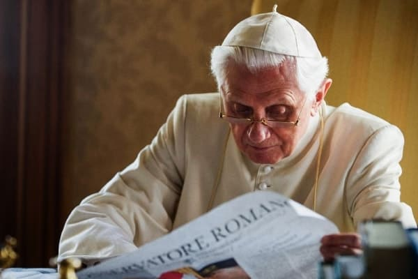 Benedetto XVI con Osservatore Romano ( Photo: GETTY IMAGES from internet)