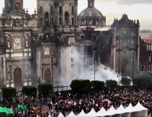 Video: Femministe radicali Pro-aborto danno fuoco alla cattedrale cattolica di Città del Messico