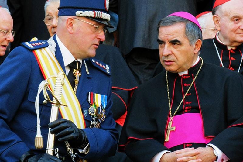 Domenico Giani e l'allora arcivescovo Angelo Becciu