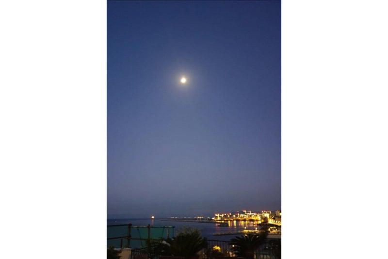 La luna era ancora lì, bella, limpida, nel cielo appena rischiarato dal nuovo sole.