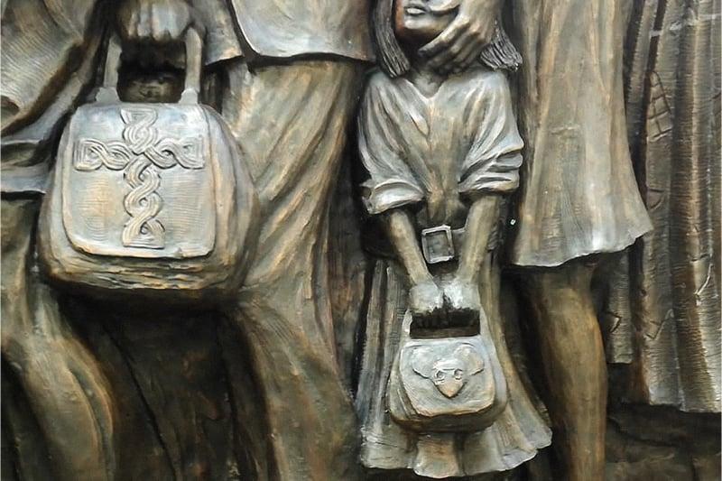 Monumento migrazioni 3 (foto Nicoletta Latteri).JPG