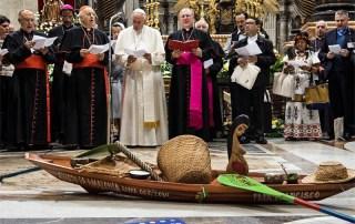 Papa Francesco con i vescovi intorno alla dea Inca Pachamama in San Pietro il 7 ottobre 2019