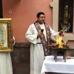 Sacerdote cattolico brucia l'effigie di Pachamama in riparazione per l'idolatria commessa in Vaticano