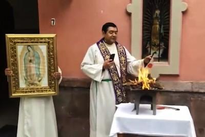 P. Hugo Valdemar brucia l'effige di Pachamama a Città del Messico