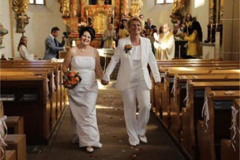 Prete austriaco benedice coppie lesbiche
