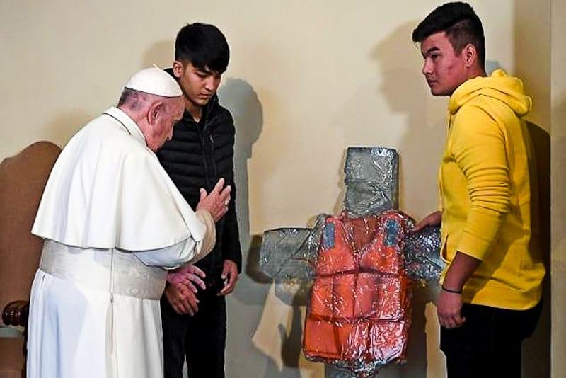 Papa Francesco benedice la croce con giubbotto di salvataggio (19.12.2019)