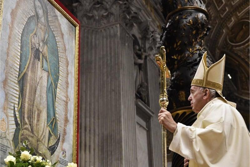 Papa Francesco nella Basilica di San Pietro dinanzi al quadro della Madonna di Guadalupe il 12 dicembre 2019 (fonte Vaticannews)