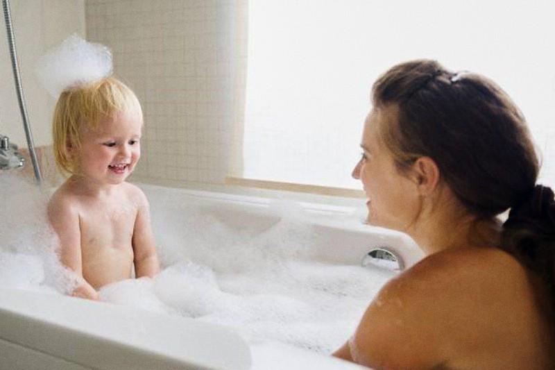 mamma fa bagno con il bambino