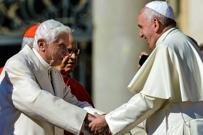 Benedetto XVI e Papa Francesco in piazza San Pietro il 28.9.2014 (Photo by Tiziana Fabi/AFP via Getty Images)
