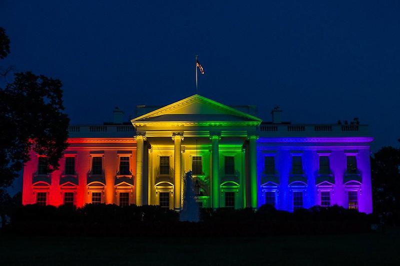 Casa Bianca colorata di arcobaleno