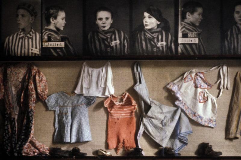 Foto di bambini e capi d'abbigliamento trovati ad Auschwitz. (Credito: François Lochon/Gamma-Rapho/Getty Images)