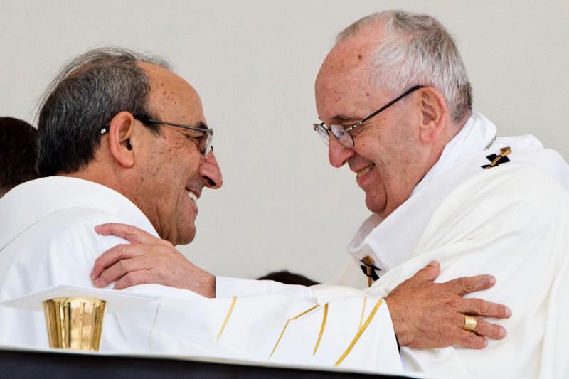 Papa Francesco abbraccia Antonio dos Santos Marto di Leiria-Fatima, il 13 maggio 2017 (CNS photo/Vatican Media)