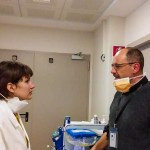 """Il cappellano che nel reparto dei malati da coronavirus scrive sul suo camice usa e getta la parola """"Prete"""""""