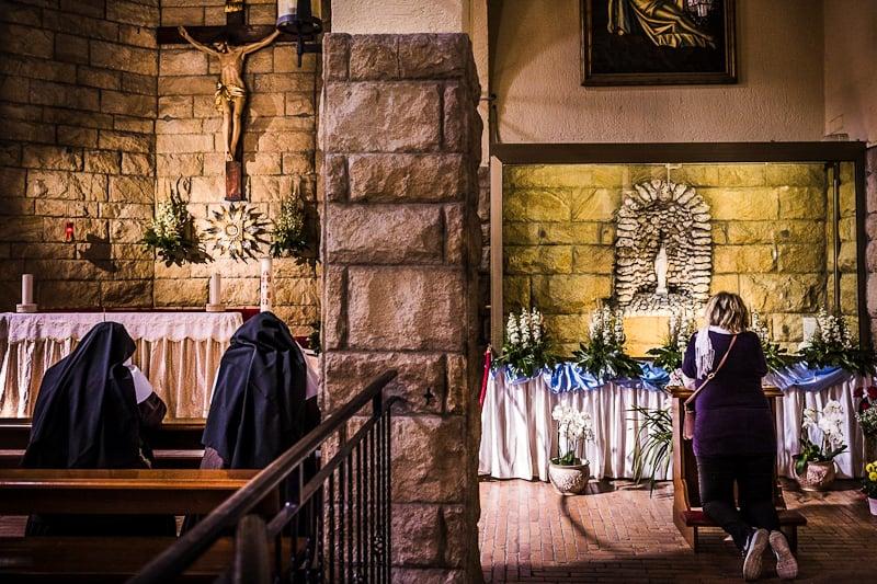 Fedeli Chiesa pregano preghiera suore