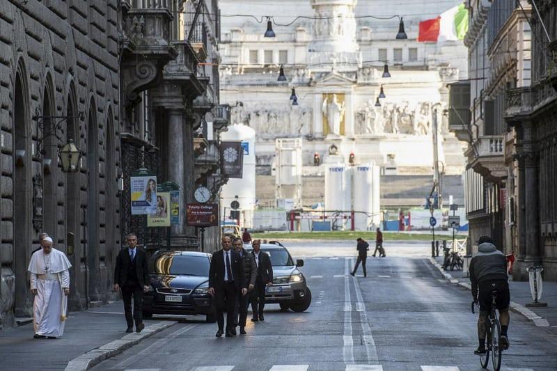 Papa Francesco via del Corso a Roma