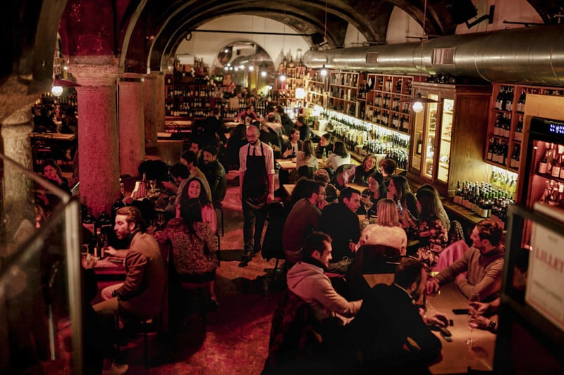 Un affollato wine bar a Milano alla fine di febbraio.Credit...Andrea Mantovani per The New York Times