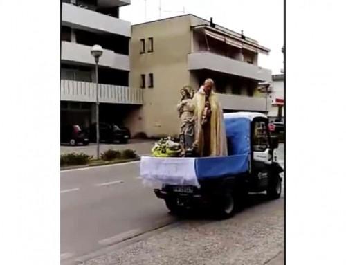 """Coronavirus, Sacerdote con la statua della Madonna fermato per strada dai carabinieri dice: """"Sto lavorando"""""""