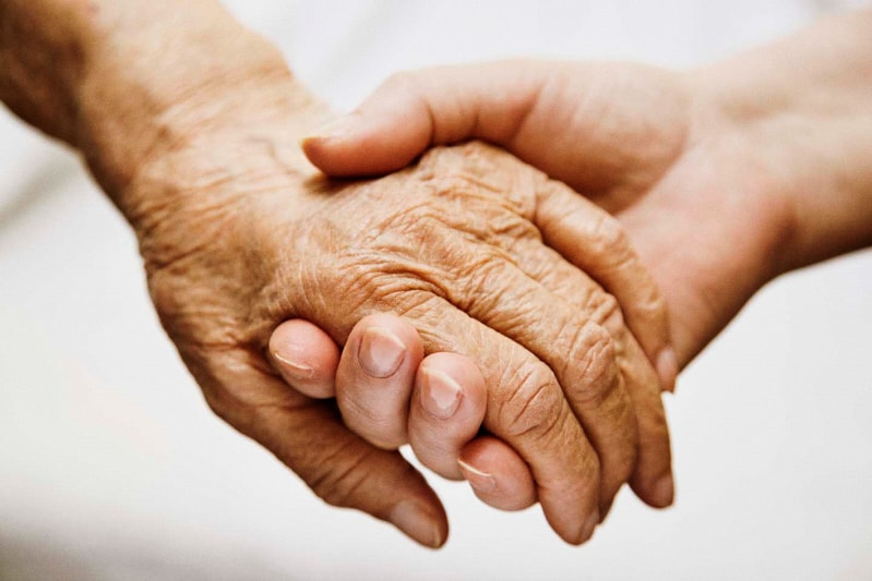 mano anziano e di giovane