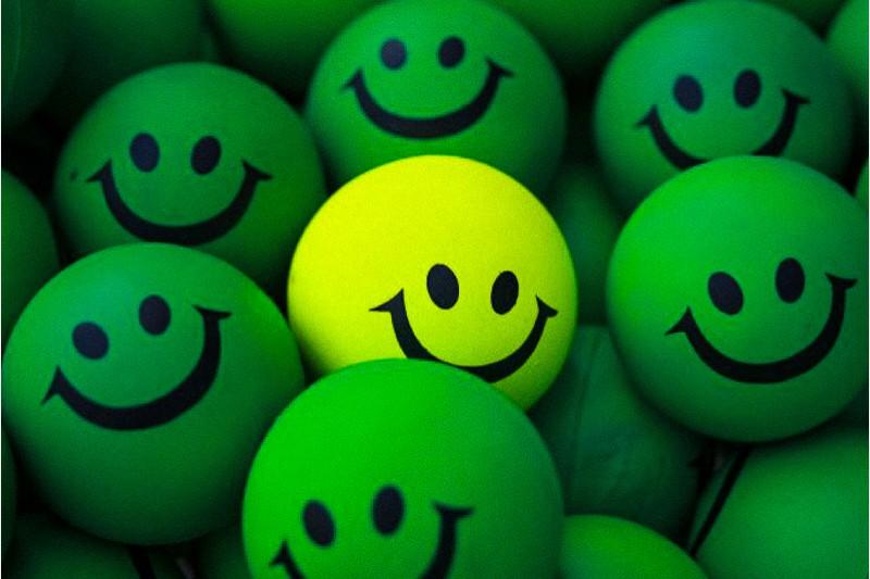 palline verdi e gialle sorridenti