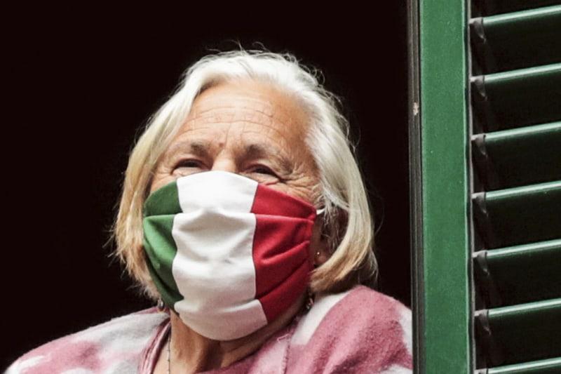 Balcone con donna mascherina tricolore bandiera italiana
