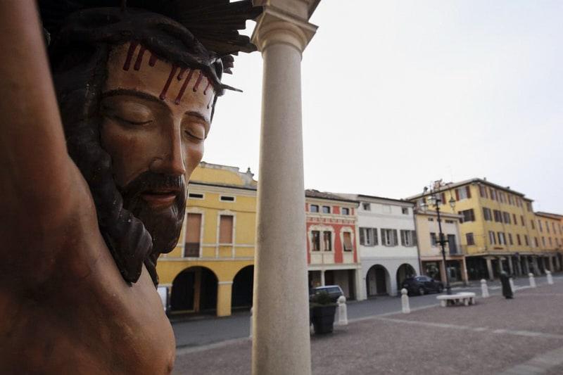 Cristo fuori la chiesa a Brescello, il paese di Don Camillo