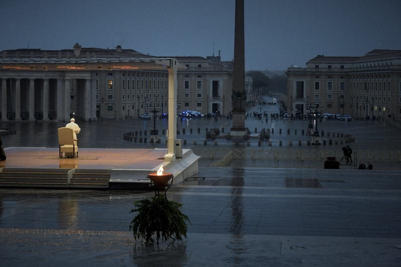 Papa francesco solo in Piazza San Pietro 28 03 2020