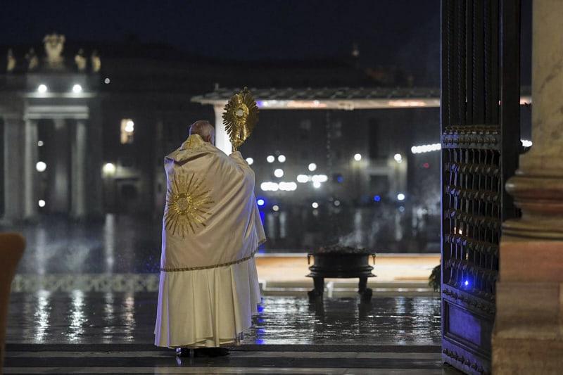 papa Francesco benedice Urbi et Orbi contro il coronavirus 27 03 2020