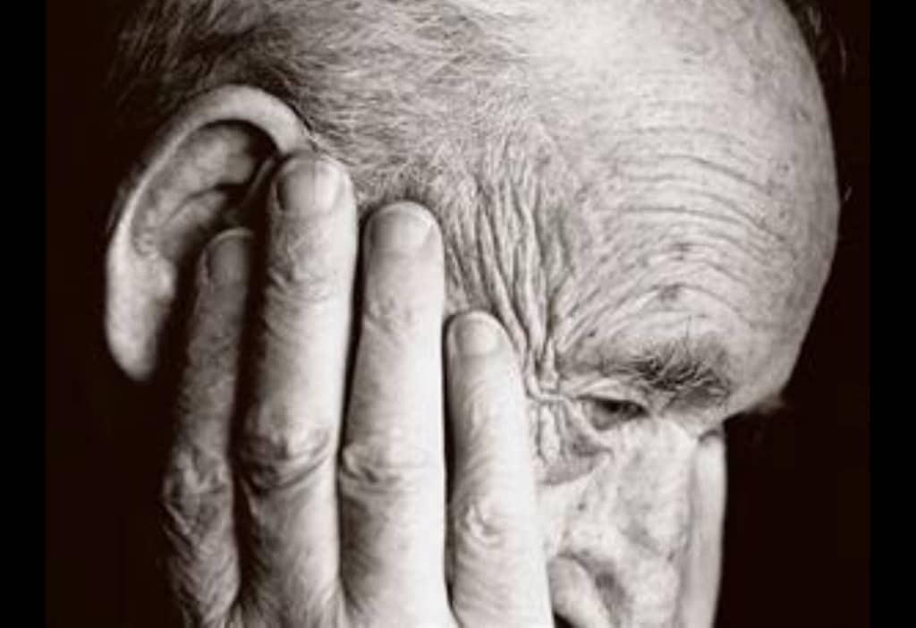 anziano pensoso triste