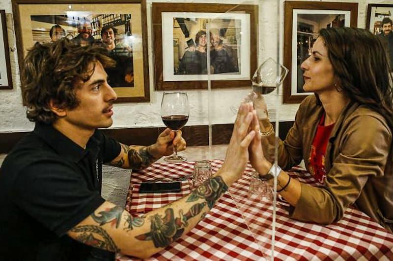 covid ristorante innamorati giovani